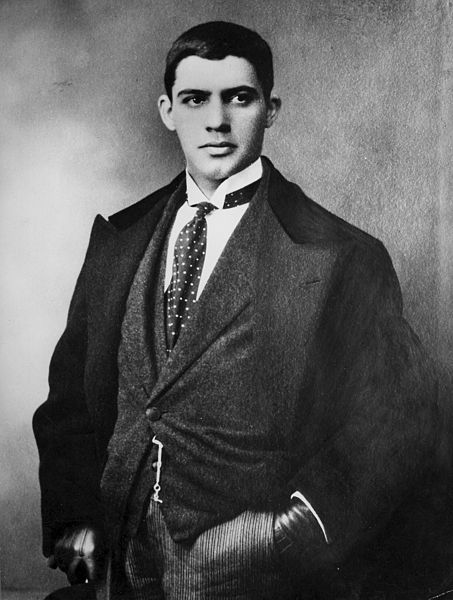 Ficheiro:Amadeo de Souza Cardoso with tie and looking right.jpg