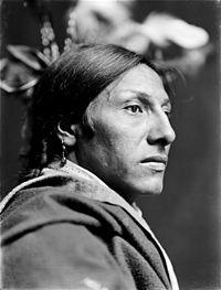 La naissance des Sioux dans AMERINDIENS 200px-Amos_Two_Bulls%2C_Dakota_Sioux%2C_by_Gertrude_K%C3%A4sebier%2C_ca._1900_%283%29