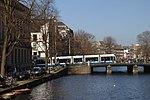 Amsterdam, tramvaj nad kanálem.jpg