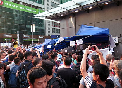 Anti Occupy Central Protesters destroy in MK 20141003-1.jpg