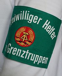 Armbinde freiwilliger Helfer der Grenztruppen am Arm.jpg