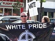 Rasizm współczesny - jeden z członków ekstremistycznego ugrupowania biała supremacja (ang. White Power)