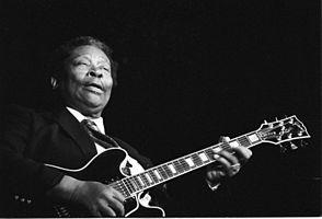 "King kantas kaj ludas sian gitaron ""Lucille"" en Francio, 1989"