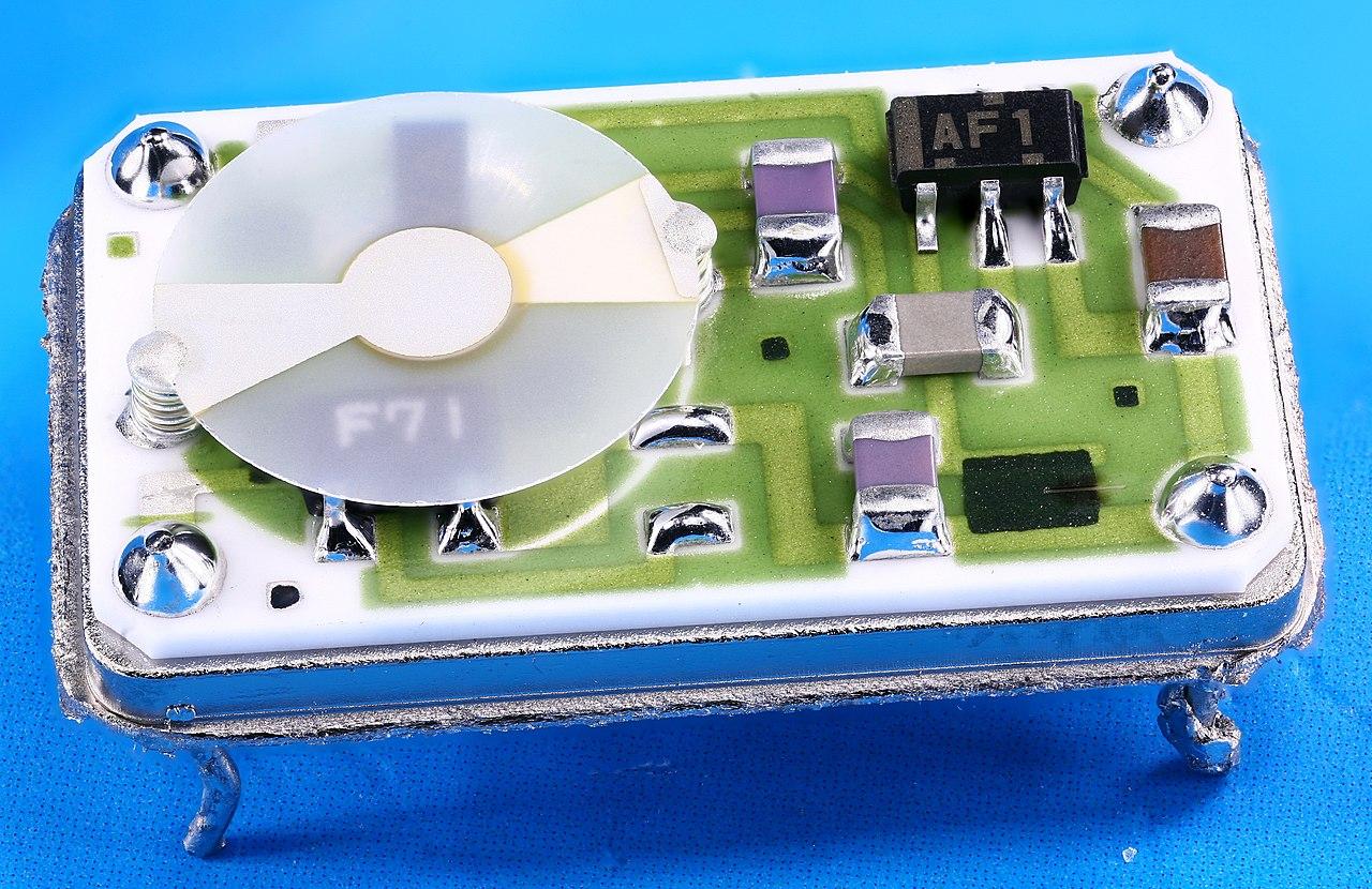 1280px-BOMAR_VCXO_Crystal_Oscillator.jpg