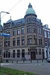 foto van Bankgebouw op onregelmatige plattegrond in de stijl van de