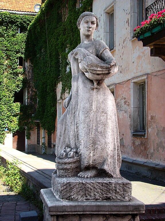 > Statue de Barbara Zbrożyna d'une marchande avec une poule. dans le quartier de Mariensztat à Varsovie.