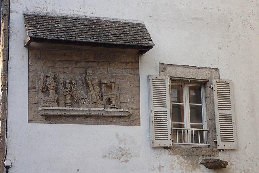 Bas-relief représentant l'Annonciation encastré dans la façade.