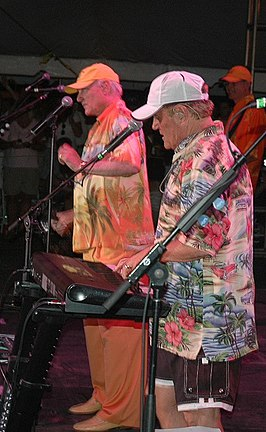 Mike Love (links) en Bruce Johnston (midden) als The Beach Boys in 2006
