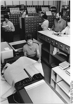 Bundesarchiv Bild 183-1987-1112-014, Dresden, Bibliothek, Ausleihe, Katalog