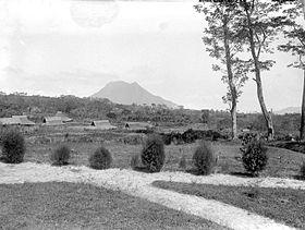 COLLECTIE TROPENMUSEUM Gezicht op de Gunung Andong vanaf het erf van de pasanggrahan Kopeng TMnr 10021611.jpg