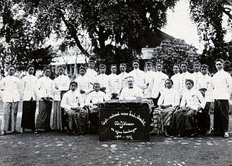 Priyayi - A group portrait of J. Visser and students at the OSVIA, a training school for native government officials in the Dutch East Indies.