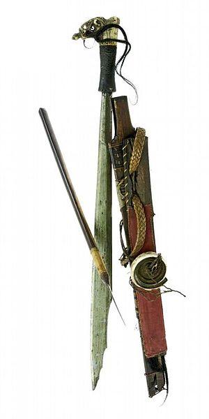 File:COLLECTIE TROPENMUSEUM Zwaard met gevest van hout schede en mesje TMnr A-2979.jpg