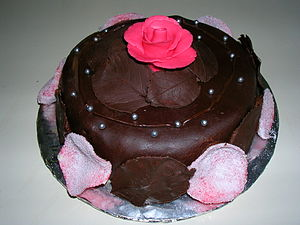 Fondant icing - Image: Cake with rose 2