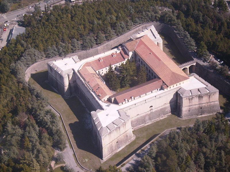 http://upload.wikimedia.org/wikipedia/commons/thumb/6/66/Castello_500.JPG/800px-Castello_500.JPG