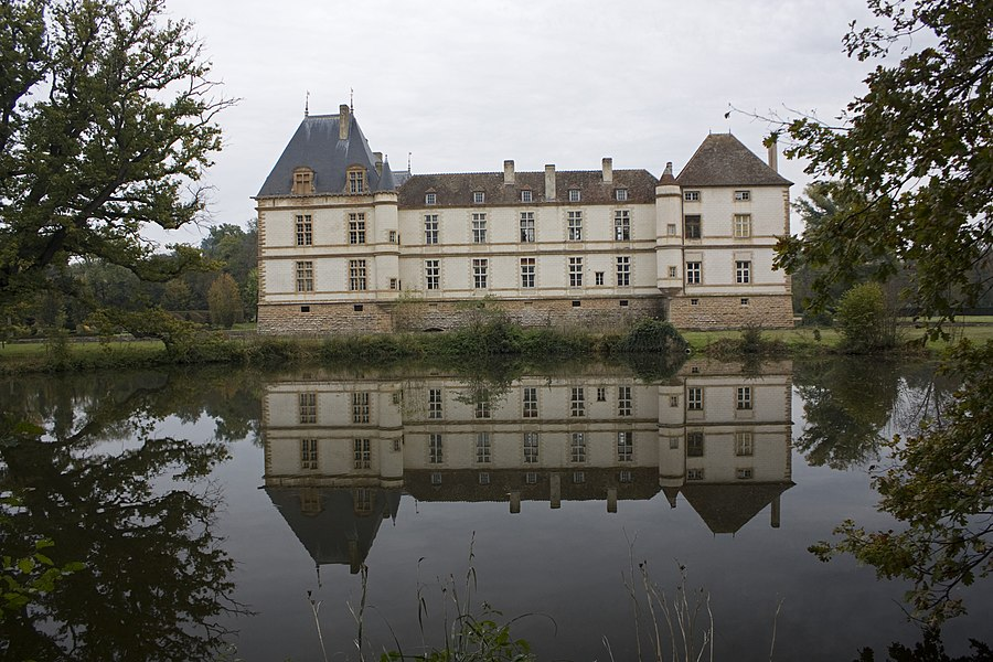 """English:  The Castle Cormatin has over the moat of the west facade, a circular pond in which you can see his reflection. For that, this """"water mirror"""" is protected by the MH classification of the castle, as well as the building."""
