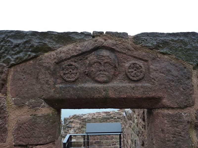 Chapiteau sur une porte du bâtiment sud-ouest du château de Lutzelbourg, Lutzelbourg, Moselle, France