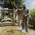 Collectie Nationaal Museum van Wereldculturen TM-20029642 Arbeiders aan het werk met betonmolen Aruba Boy Lawson (Fotograaf).jpg