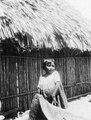 Cuna-indiansk liten flicka vid kanotstäv. Hon har mola (applikationsblus). San Blas. Panama - SMVK - 004457.tif