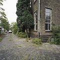 Detail van een zijgevel met smalle ramen met stalen kozijnen - Eindhoven - 20388769 - RCE.jpg