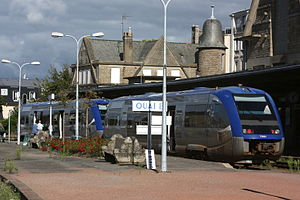 Gare de Dinan - Two X 73500 railcars in the station, serving the Dol-de-Bretagne route.