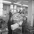 Drukte in de pakketpostafdeling te Amsterdam, paketten op transportband, Bestanddeelnr 917-1865.jpg