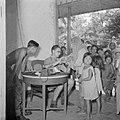 Een arts behandelt in de kampong zieke kinderen, Bestanddeelnr 255-6841.jpg