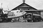 Een viermotorig vliegtuig van Skyway is geland en staat op het platform van een, Bestanddeelnr 4689.jpg