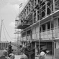 Eerste steenlegging van bejaardentehuis Bouwvakkers op bouwstelling luisteren m, Bestanddeelnr 912-4977.jpg