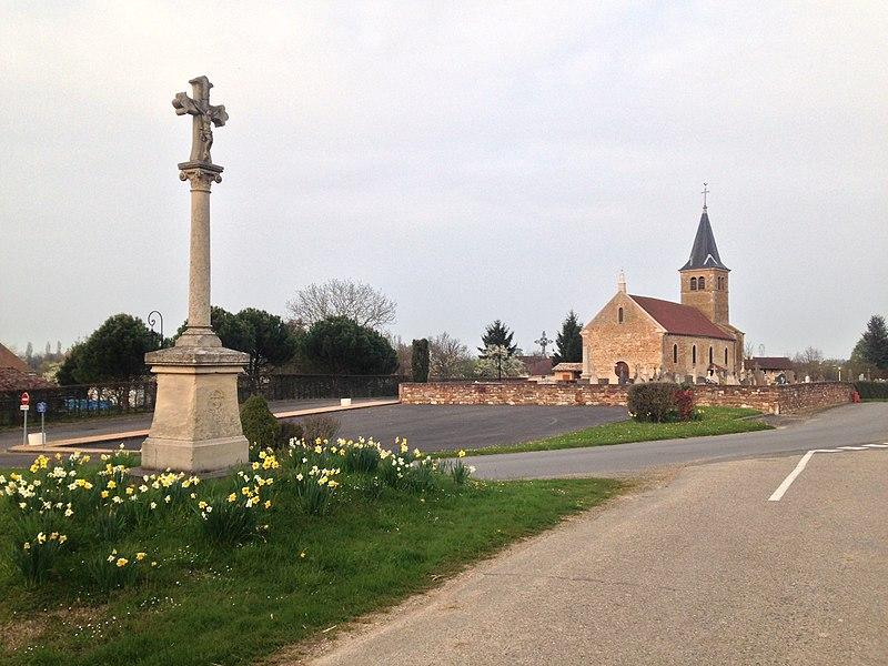 L'Église du village de Laiz avec la croix au premier plan