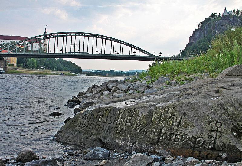 File:Elbe Niedrigwasser Sommer 2015 - Hungerstein Decin (01-2).JPG
