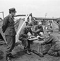 Etenstijd in het kamp, Bestanddeelnr 900-3396.jpg