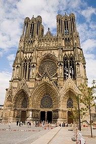 Notre-lordino de Reim-fasado, gotika ŝtonkatedralo kontraŭ blua ĉielo