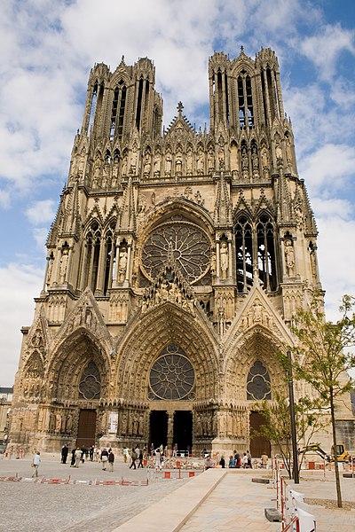 Fichier:Facade de la Cathédrale de Reims - Parvis.jpg