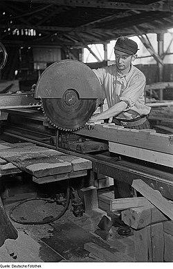 Fotothek df roe-neg 0006271 030 Arbeiter sägt einen Balken in einer Holzwerkstatt.jpg