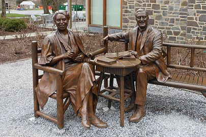 Franklin and Eleanor Roosevelt Statues.JPG