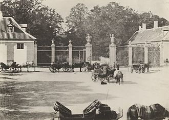 Frederiksberg Runddel - Horse carriages in front of the main entrance to Frederiksberg Gardens