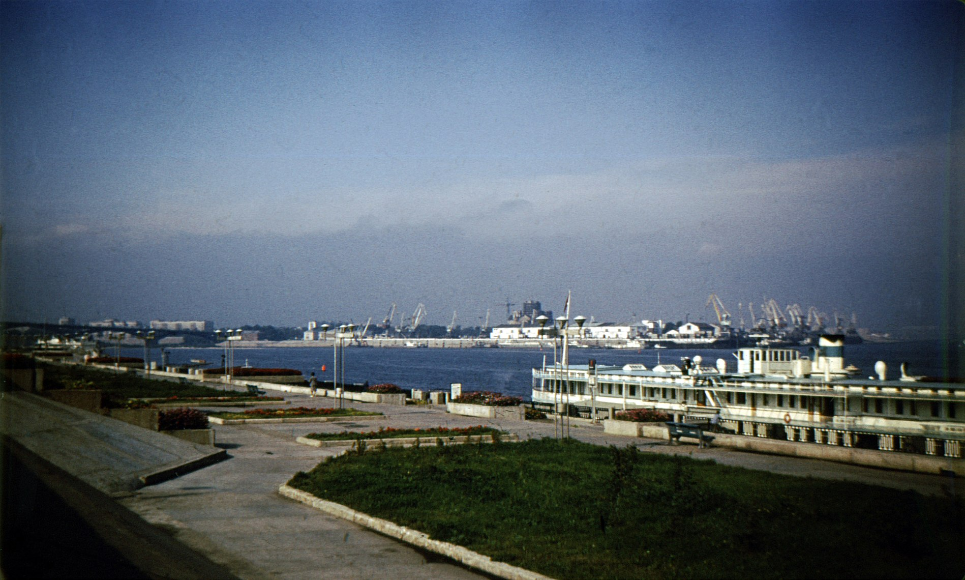 Gorky City. View to confluence of Volga and Oka Rivers.jpg