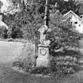 Grens of stoeppalen bij het gemeentehuis - Bloemendaal - 20036331 - RCE.jpg