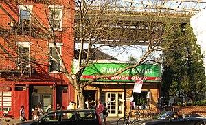 Grimaldi's Pizzeria - Customers waiting outside the original Grimaldi's Pizzeria