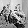 Grootmoeder Klein met kleinkinderen op de bank, Bestanddeelnr 254-4645.jpg