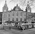HUA-150065-Gezicht op een gedeelte van een voorgevel van het N.S-station Amsterdam C.S. te Amsterdam.jpg