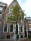 foto van Pand met Haarlemse trapgevel met sierbogen en blokken
