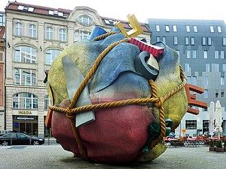 Coosje van Bruggen - Image: Houseball (Berlin Mitte 2013) 1220 1100 (120)