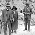 Howard Carter, Lord Carnarvon and Lady Evelyn Herbert at Tutankhamen's tomb (cropped).jpg