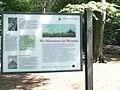 Informatie boord aan het begin van de loop tocht die leid naar de Piramide van Austerlitz.JPG