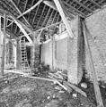 Interieur, overdekte mestvaalt, gedeelte kapconstructie met bakstenen pijlers - 20000399 - RCE.jpg