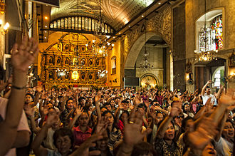 Cebu - Devotees inside the Basilica del Santo Niño.