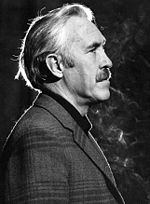 Black-an-white photo o Jason Robards in 1975.