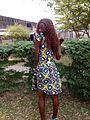 Jeune fille habillée en robe pagne.jpg