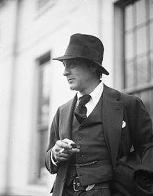 Фотография Бэрримора снаружи, выше пояса, задумчиво курящего сигарету и смотрящего налево.
